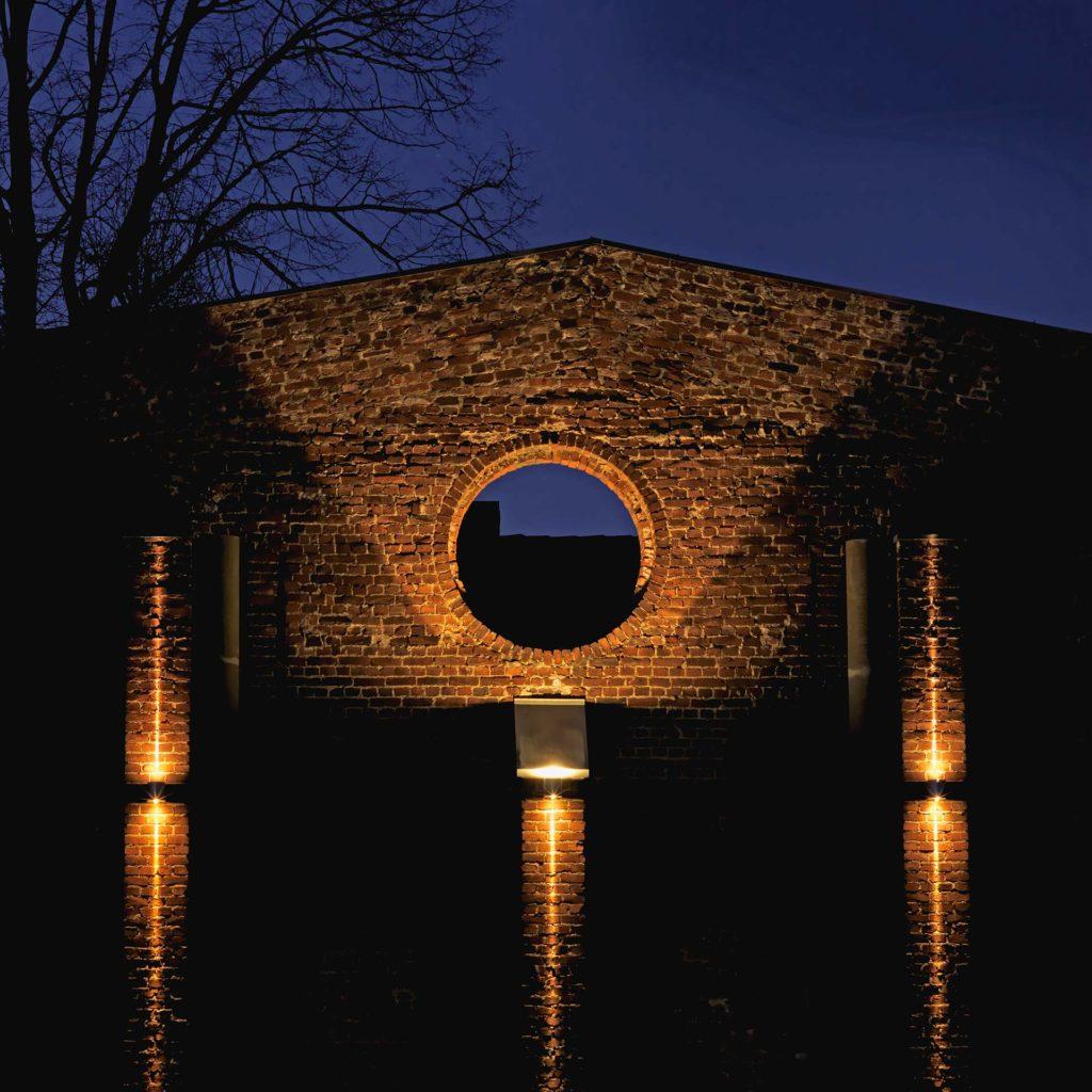 Eine Steinbrücke wird mit Objektleuchten in ein harmonisches Lichtkonzept getaucht