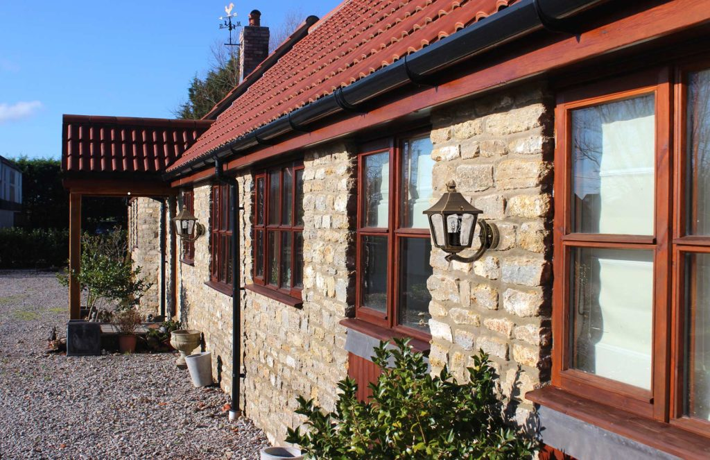 Ein altes Gutshaus im historischen Stil, an dem zwei Außenleuchten befestigt sind