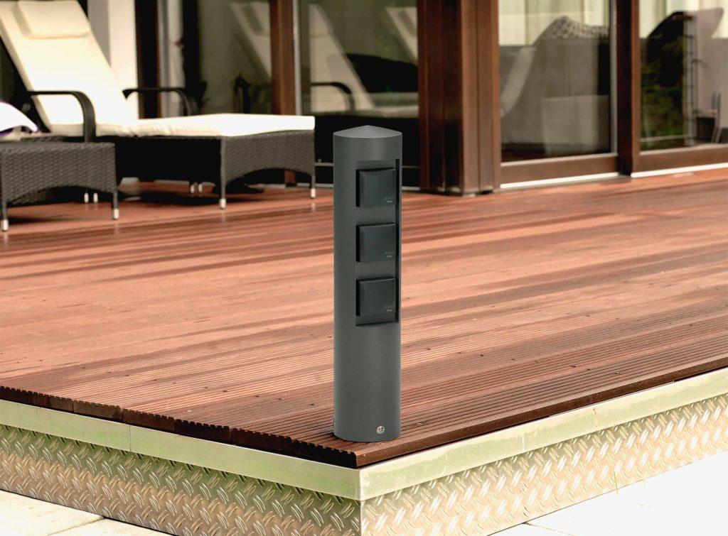Eine Energiesäule wie diese gewährleistet die praktische Energieversorgung auf der heimischen Terrasse.