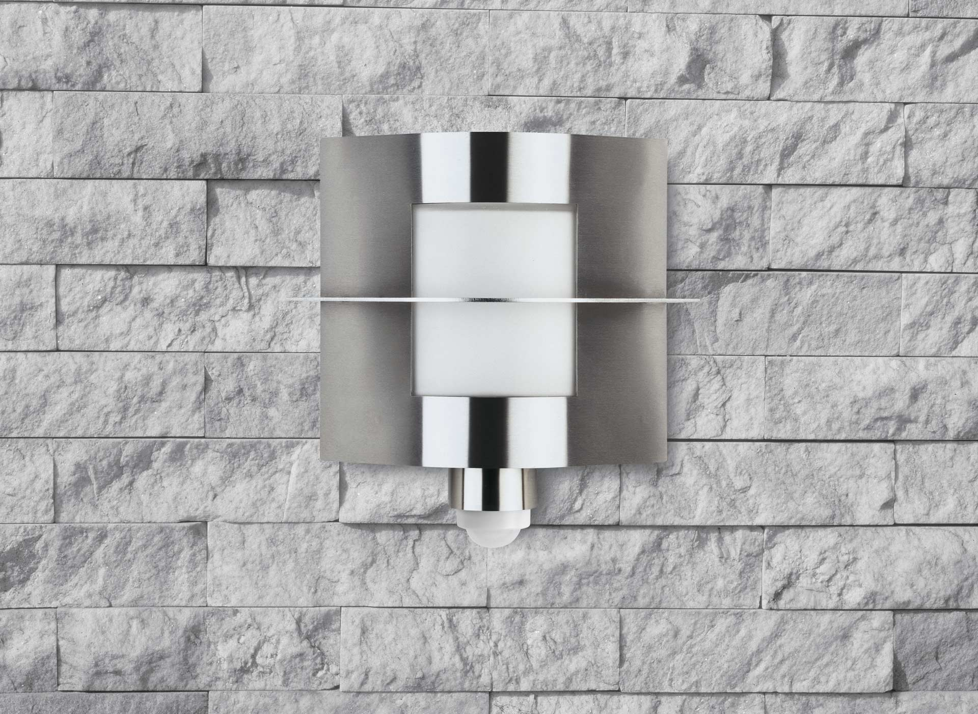 Nahaufnahme einer modernen Wandleuchte an einer weißen Steinwand