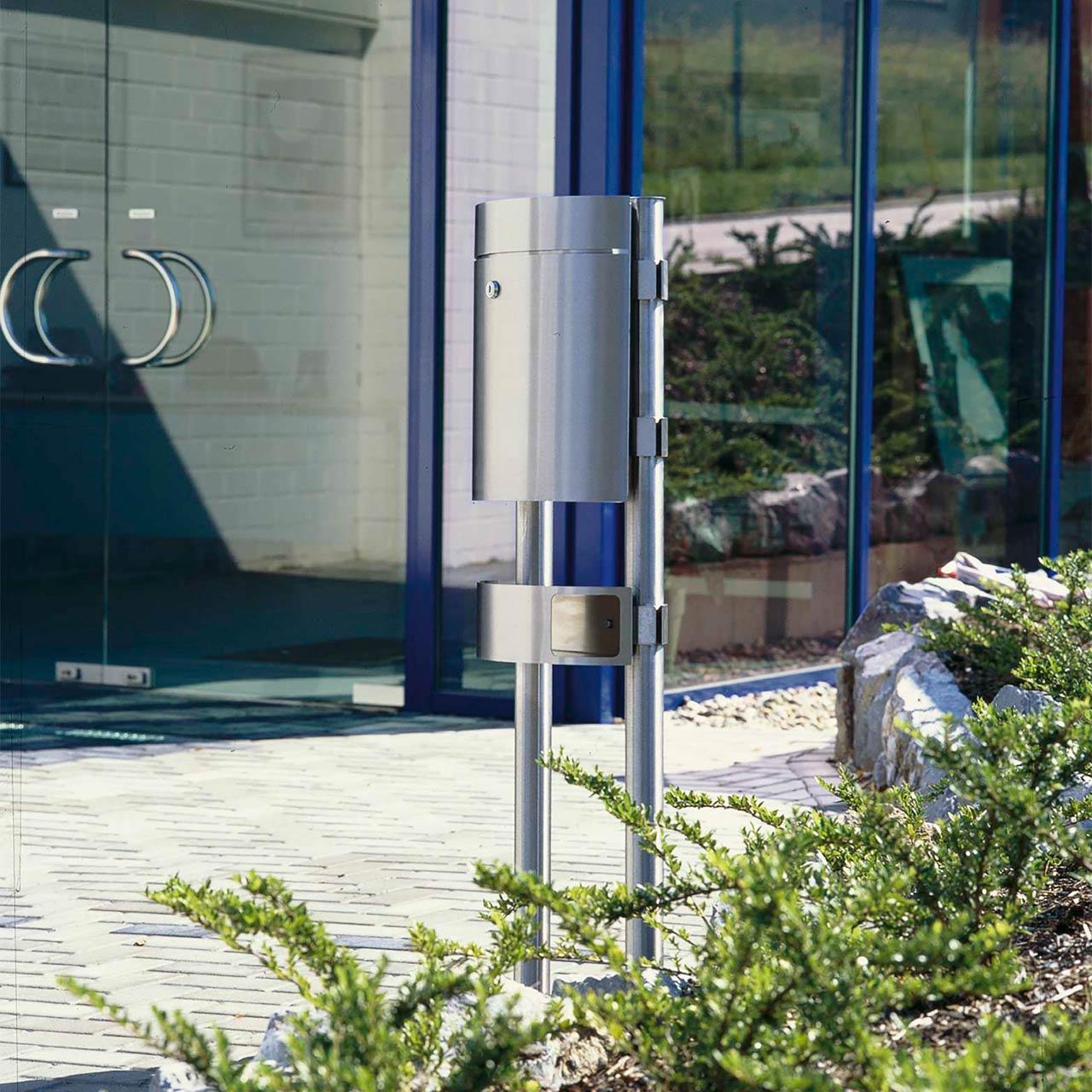 Ein modischer Standbriefkasten vor einem Firmengebäude