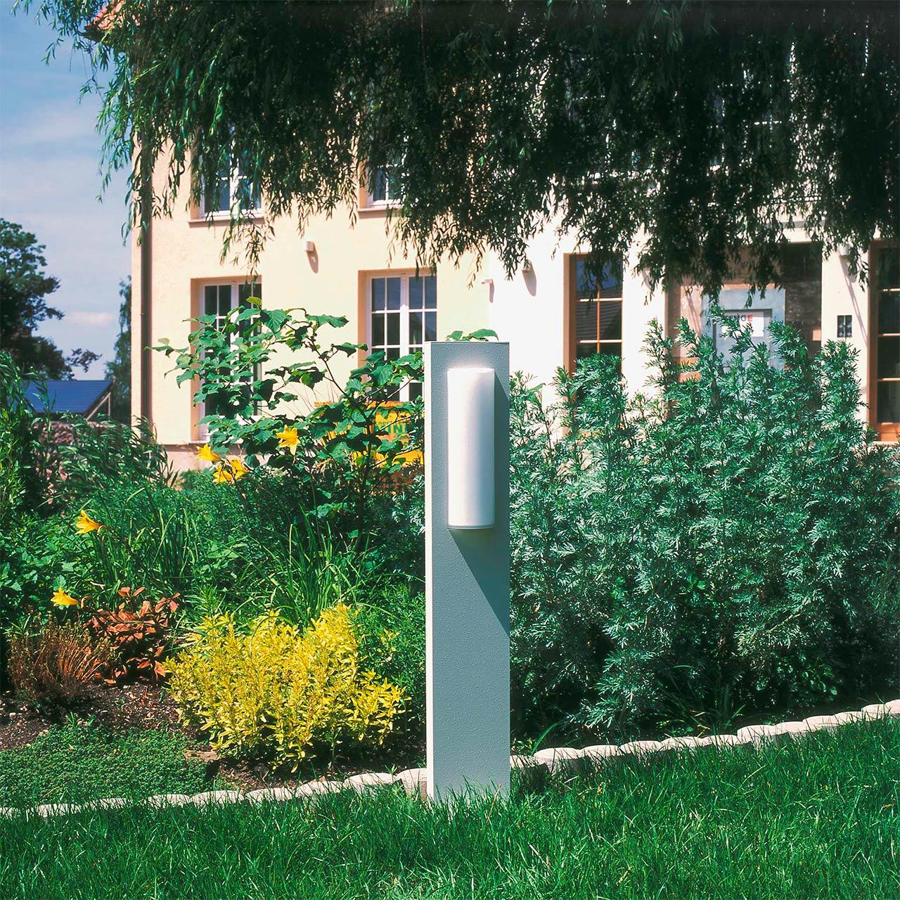 Eine einzelne Sockelleuchte verschönert einen Vorgarten