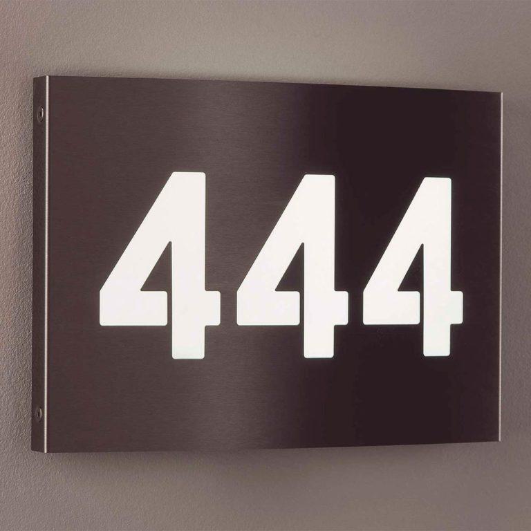 Eine Hausnummernleuchte aus modernem und langlebigem Edelstahl