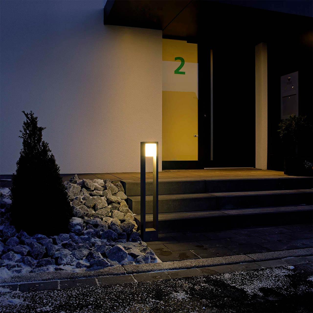 Eine modische Lichtstele an einem Steingarten