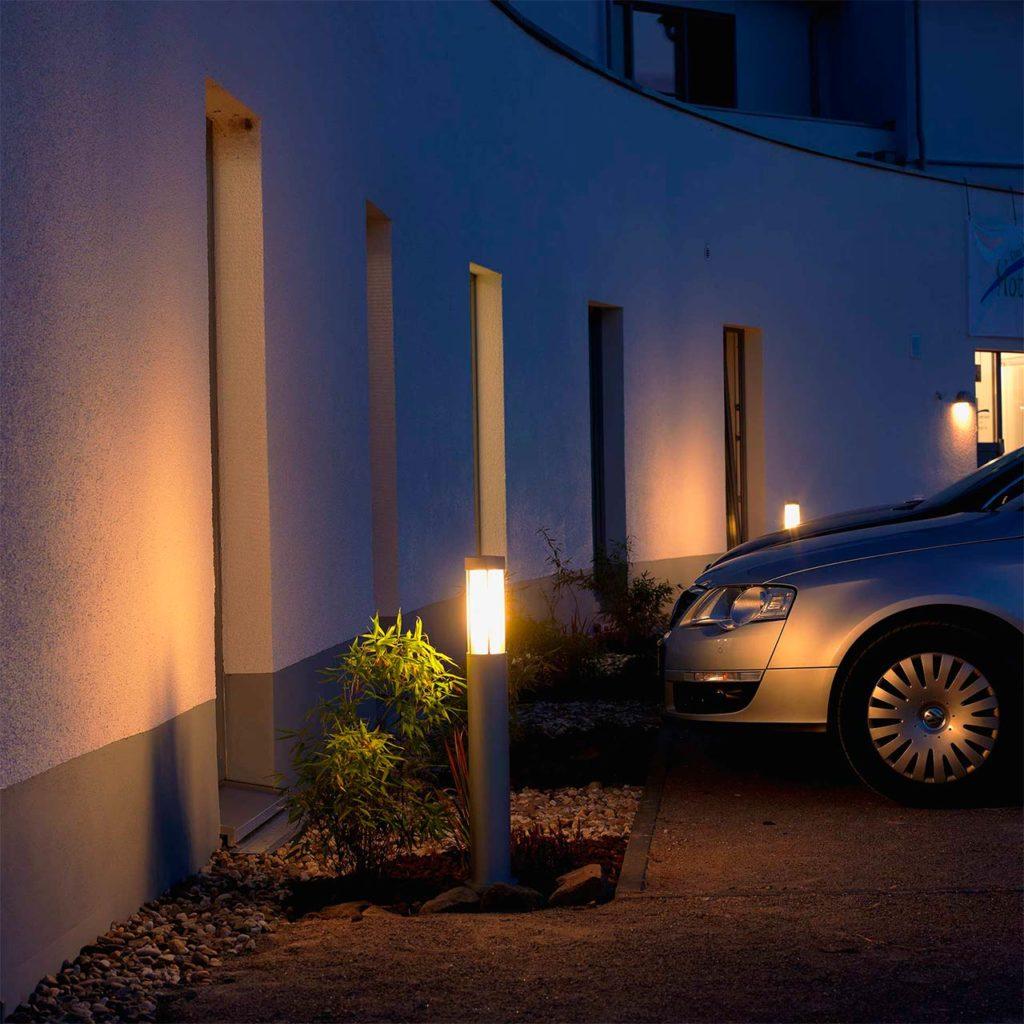 Moderne Parkplatzbeleuchtung per Wegeleuchte sorgt für Helligkeit und Sicherheit auf einem Privatparkplatz.