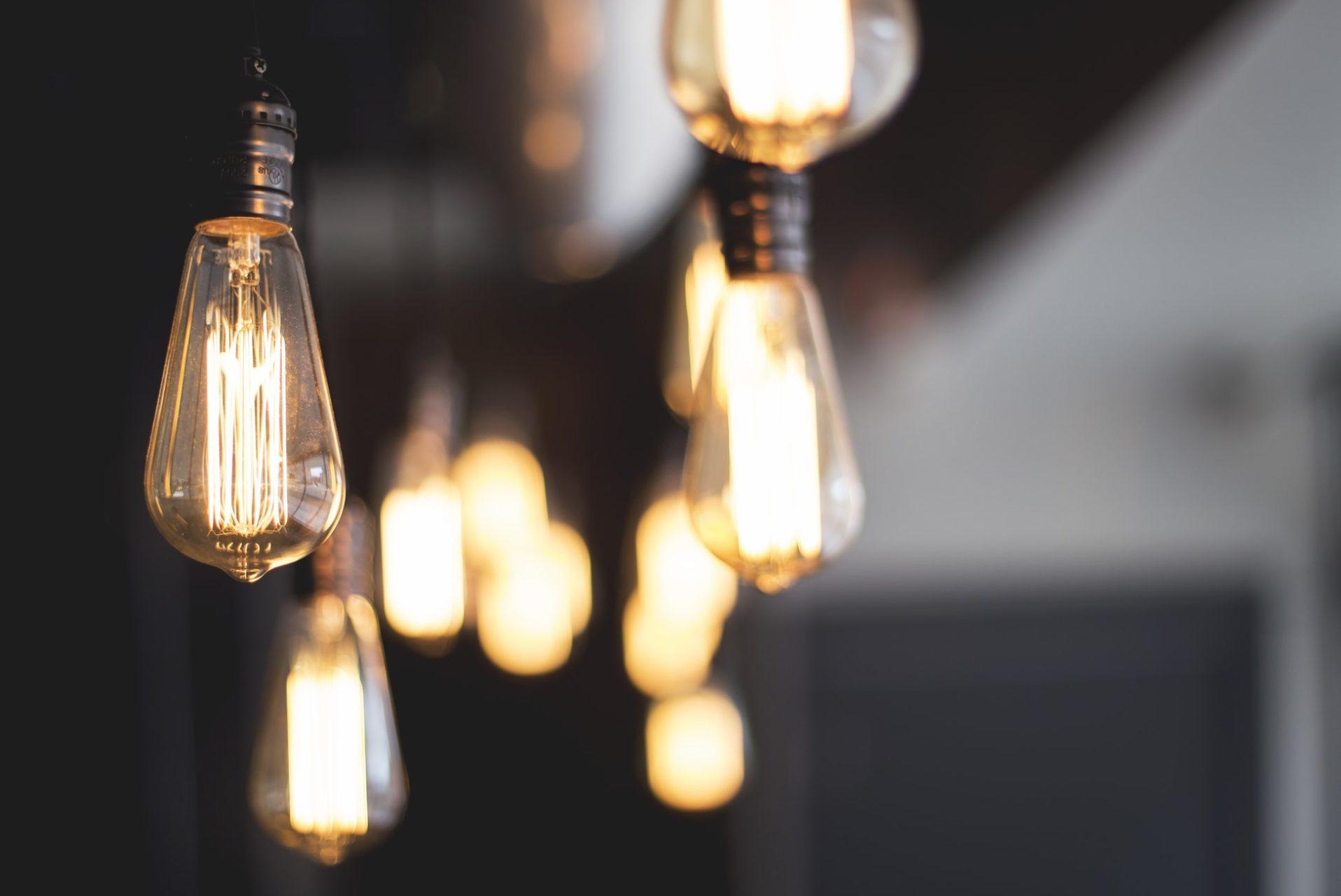 Glitzernde Lichteffekte entstehen durch mehrere Leuchtmittel, die nur unscharf zu erkennen sind