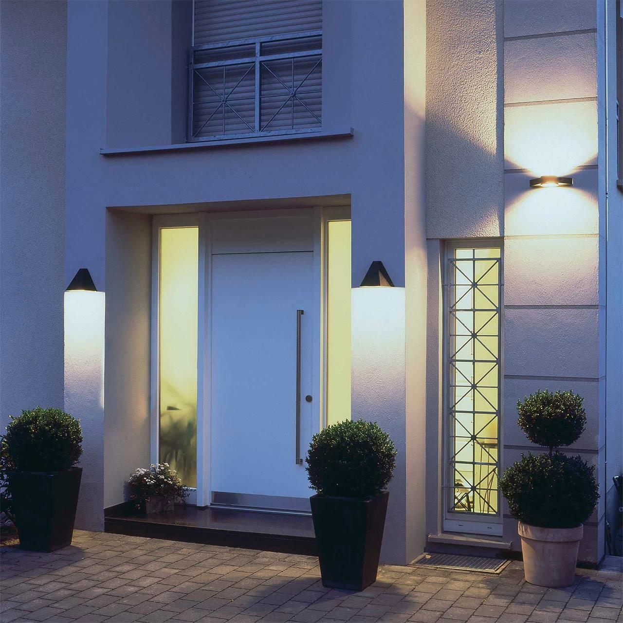 Mehrere Wandleuchten sorgen für Lichtstimmung an einem Hauseingang