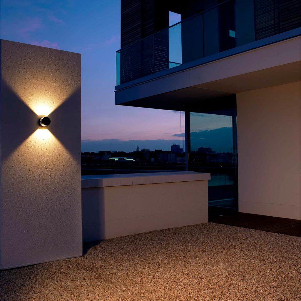 Beleuchtung mit Stil: Eine moderne Wandleuchte mit zweifachem Lichtaustritt