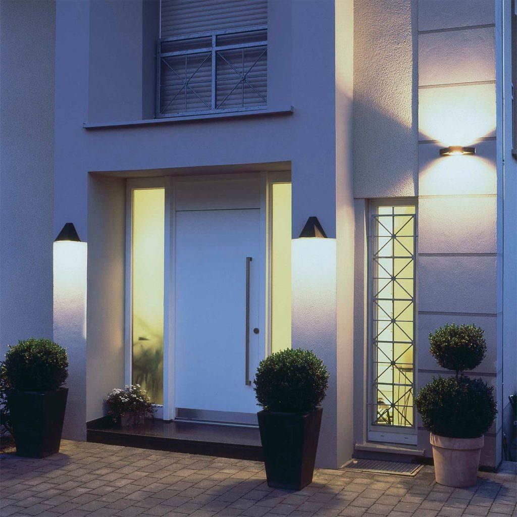 Ein Ensemble von Eingangsleuchten sorgt für Licht und Sicherheit an einem modernen Hauseingang.
