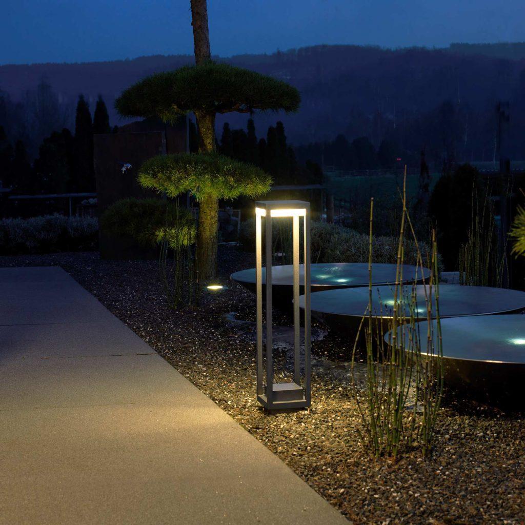 Eine formschöne Wegeleuchte setzt einen modernen Garten in Szene.