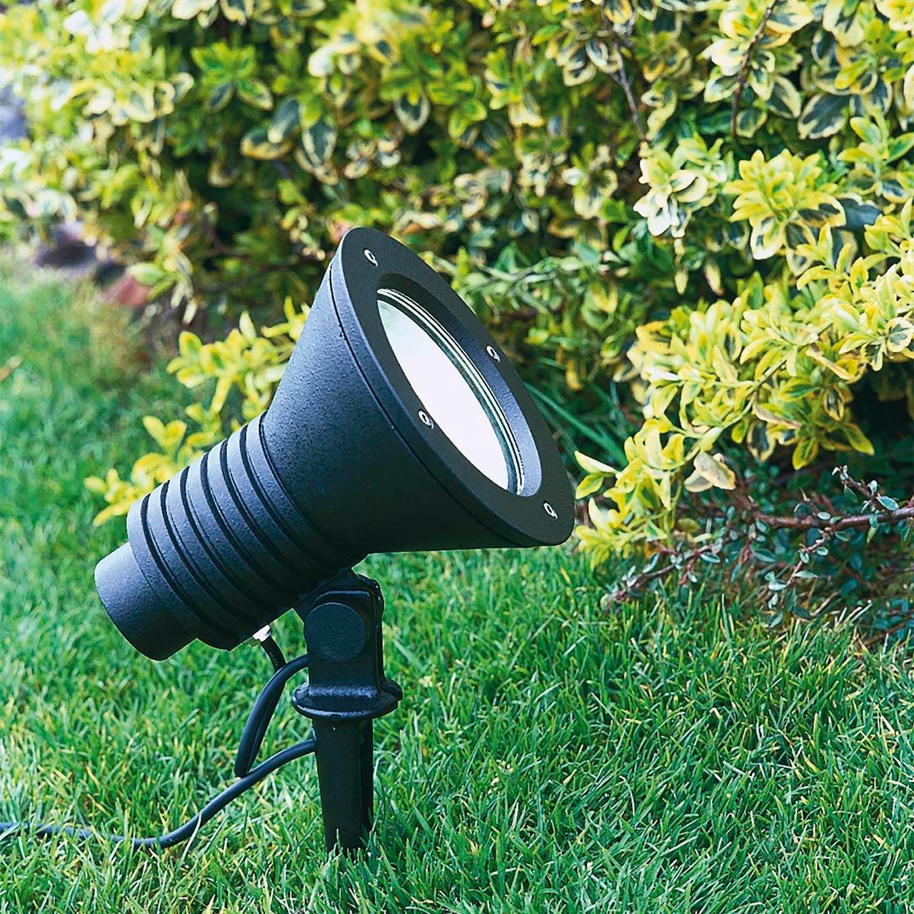 Eine LED-Strahler mit Erdspieß in einer Gartenanlage