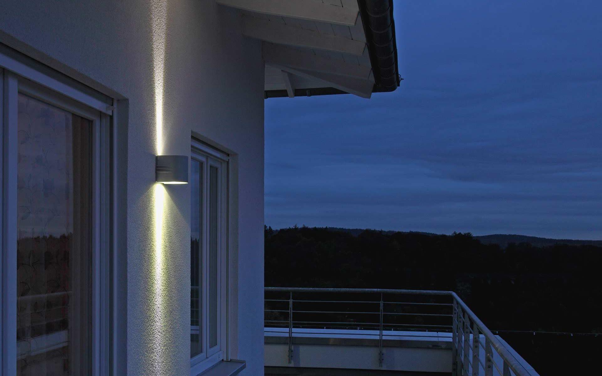 Eine Wandleuchte mit beidseitigem Lichtaustritt setzt einen Balkon stilvoll in Szene.