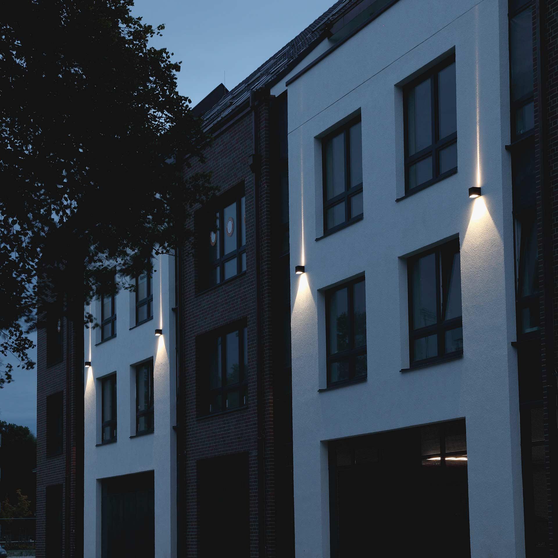 Eine stilvoll beleuchtete Hausfassade in der Abenddämmerung